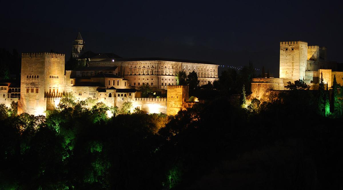 La Alhambra de Granada de noche desde el mirador de San Nicolás