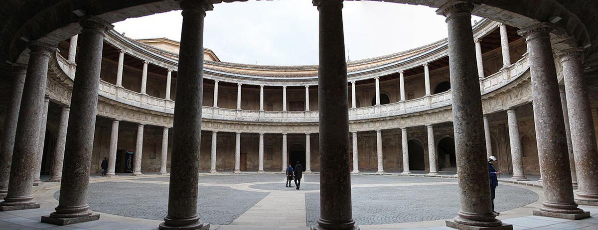Panorámica del patio interior del Palacio de Carlos V