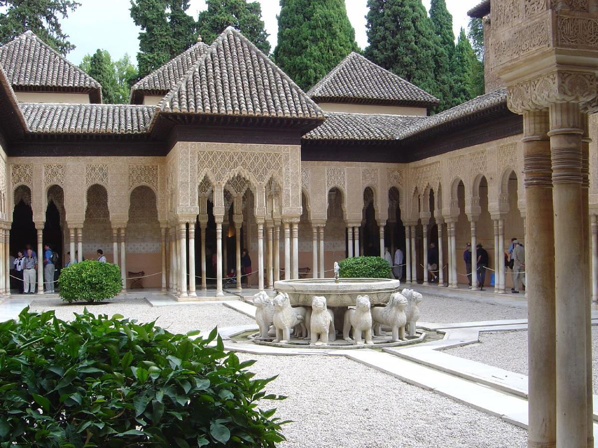 Patio de los Leones junto al Palacio de los Leones