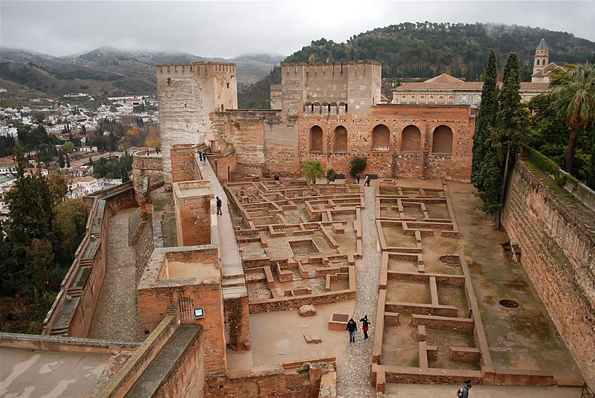 La Alcazaba con la Torre de la Vela y la Torre de las Armas al fondo