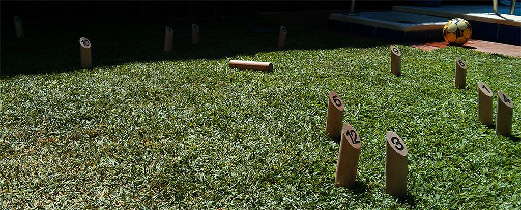 Jugar al Mölkky en hierba mola mucho más