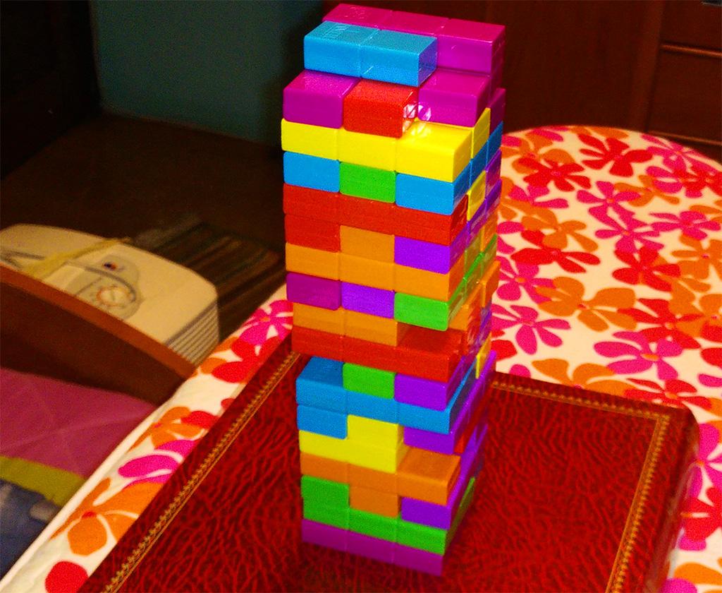 Jenga Tetris sobre tabla de planchar