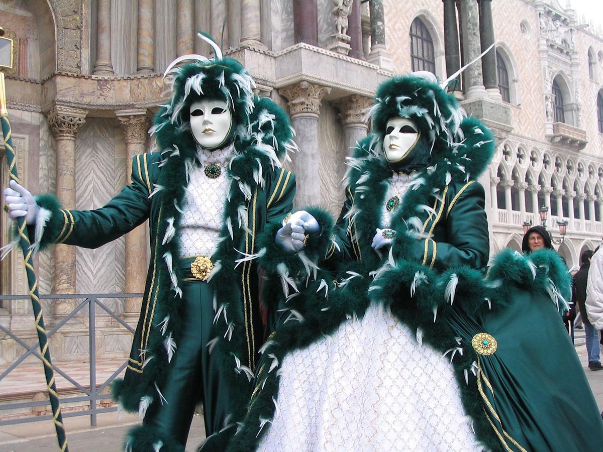 Pareja ataviada con máscaras y ropajes típicos del Carnaval de Venecia